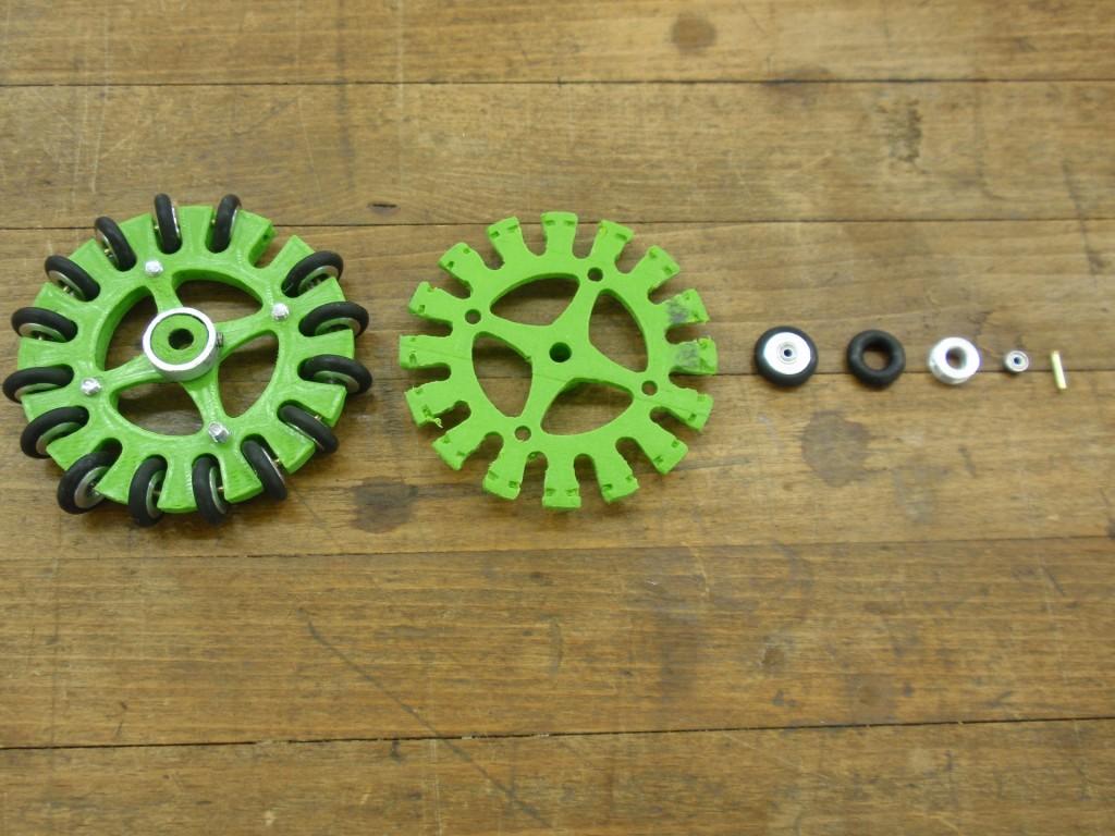 Das komplette Rad, Omniwheel, Subwheel, O-Ring, äussere Teil des Subwheels, Kugellager, Achse (v.l.n.r)