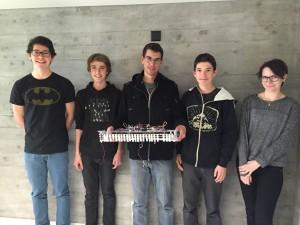 Das Team präsentiert seinen Roboter, v.l.n.r.: Colin Hoffmann, Jan Puntschart, Leonard Barahona, Curdin Steinauer, Debora Michel